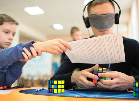 В Челябинске собирали кубик Рубика ногами и с закрытыми глазами