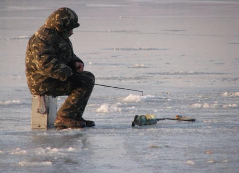 Два престарелых рыбака провалились под лед нагородском пруду Миасса
