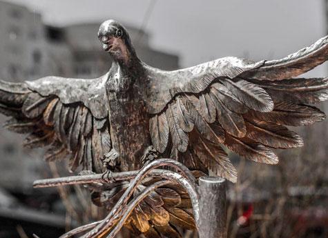 Магнитогорские кузнецы выковали стального голубя для штаба ООН вНью-Йорке