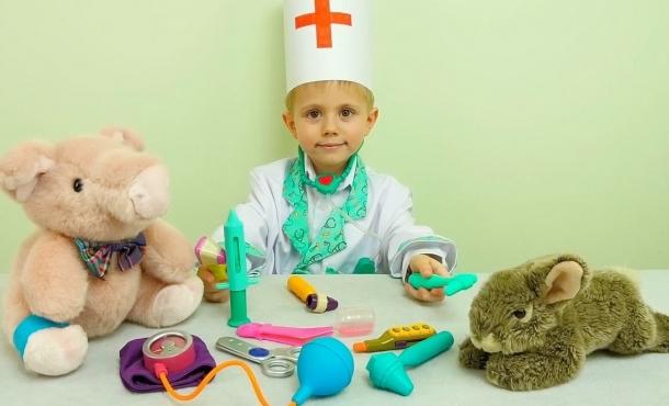 Ребенок играет в доктора картинки