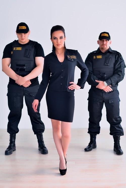 И девушка охранник